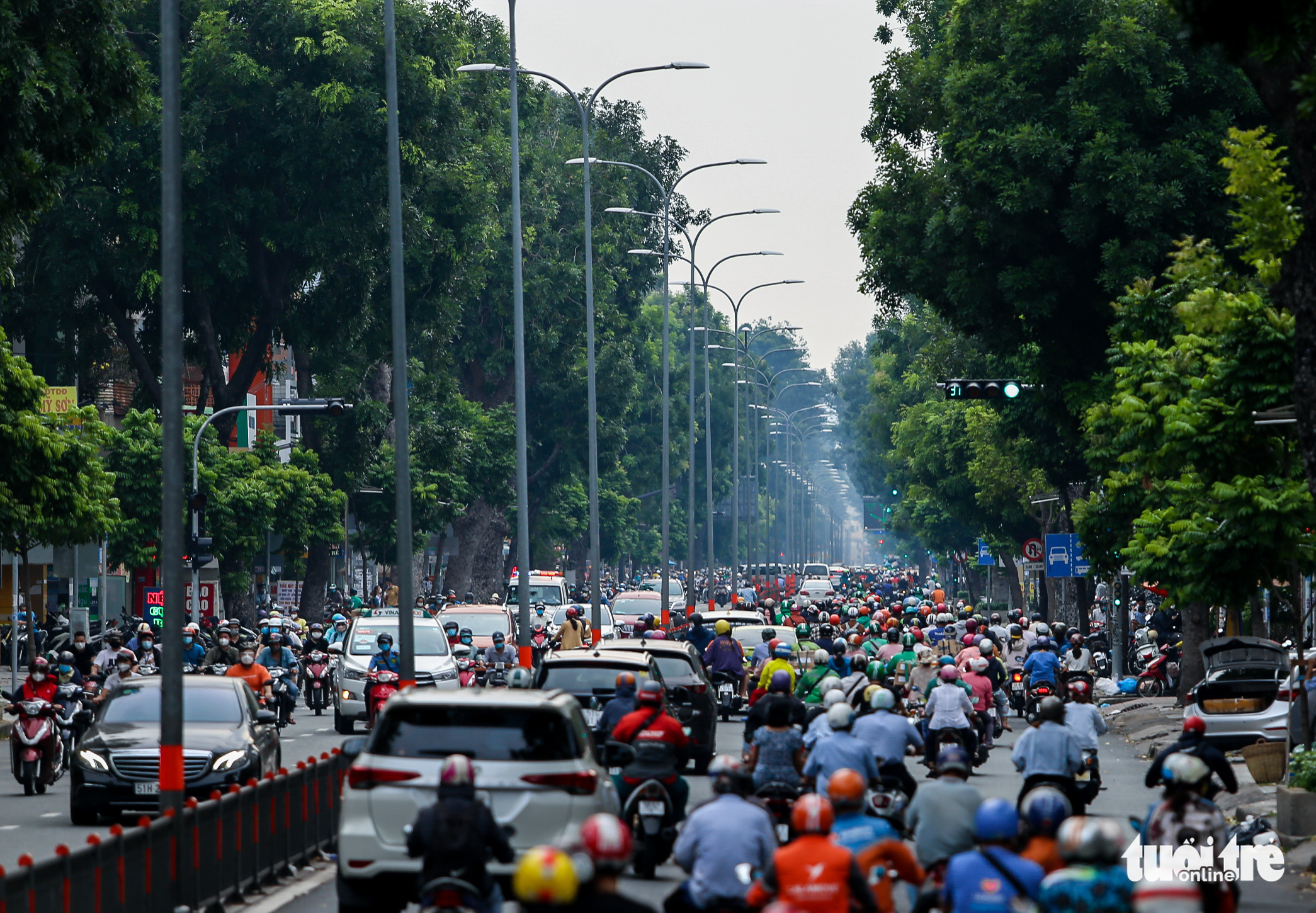 Busy traffic is seen on Ba Thang Hai Street in District 10, Ho Chi Minh City, October 4, 2021. Photo: Chau Tuan / Tuoi Tre