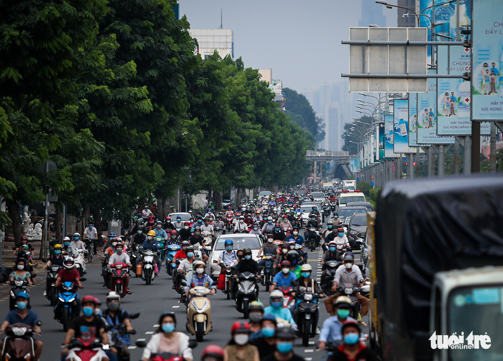 Busy traffic is seen on Cong Hoa Street in Tan Binh District, Ho Chi Minh City, October 4, 2021. Photo: Chau Tuan / Tuoi Tre