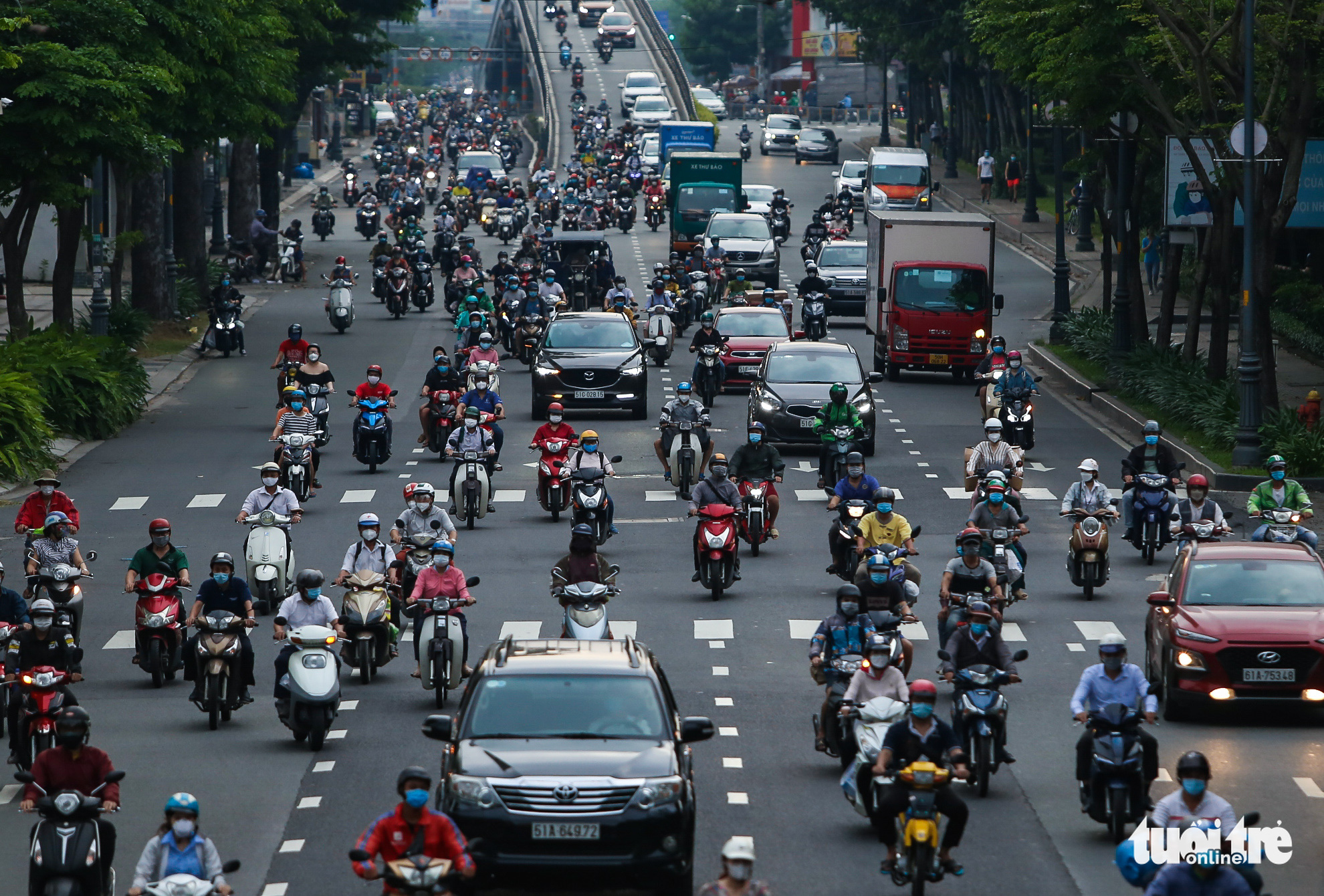 Busy traffic is seen on Hoang Van Thu Street in Tan Binh District, Ho Chi Minh City, October 4, 2021. Photo: Chau Tuan / Tuoi Tre