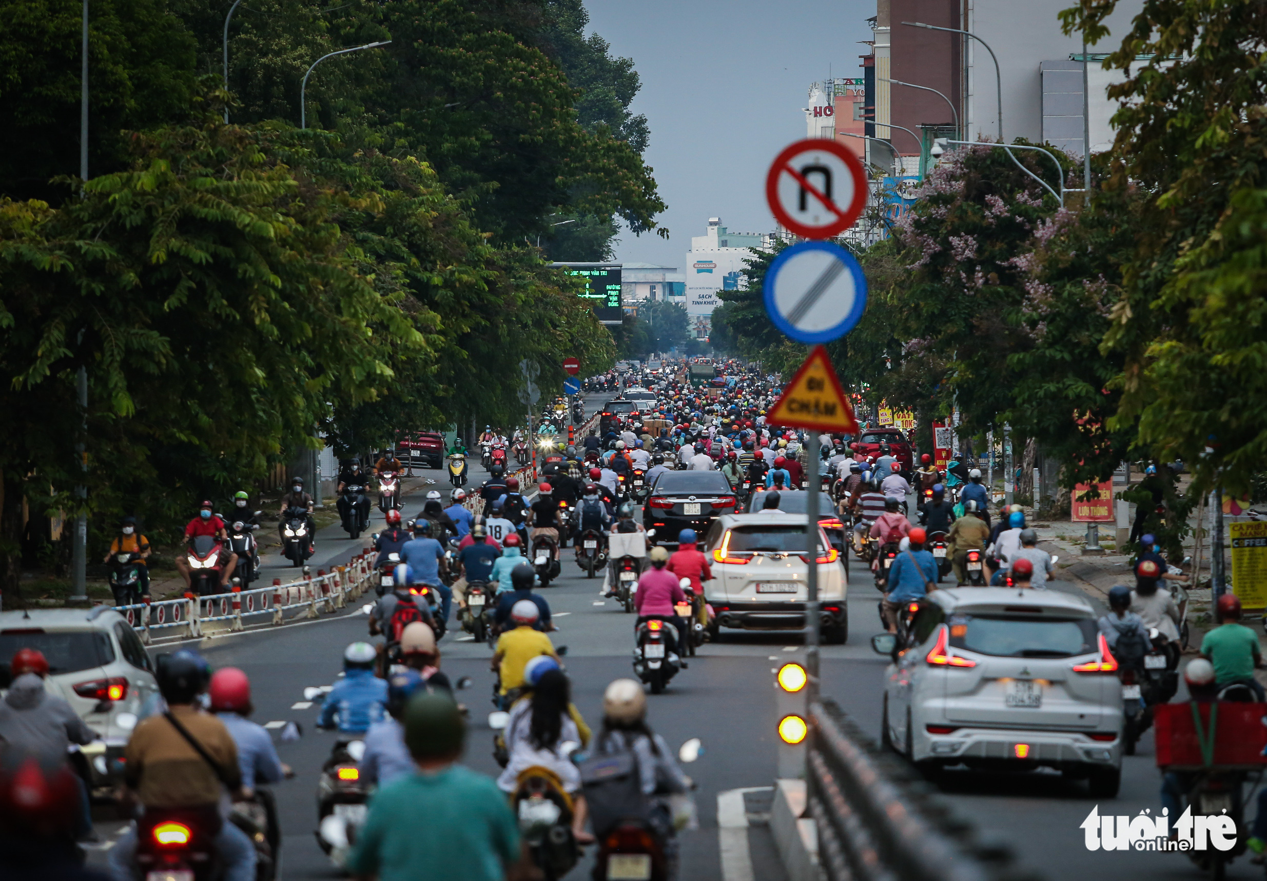 Busy traffic is seen on Nguyen Thai Son Street in Go Vap District, Ho Chi Minh City, October 4, 2021. Photo: Chau Tuan / Tuoi Tre