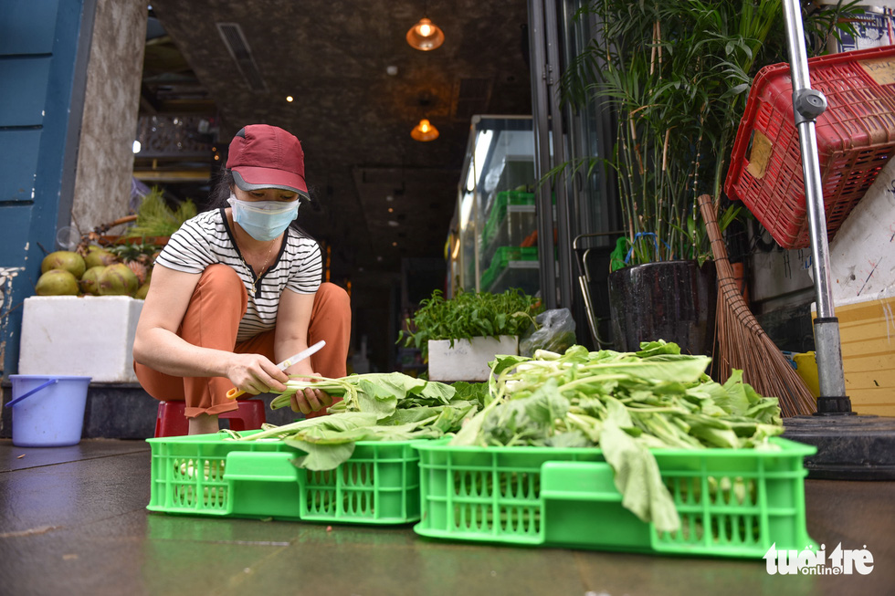 Tran Thi Hong prepares vegetables at a store that was transformed from a bar on Bui Vien Street in District 1, Ho Chi Minh City. Photo: Ngoc Phuong / Tuoi Tre