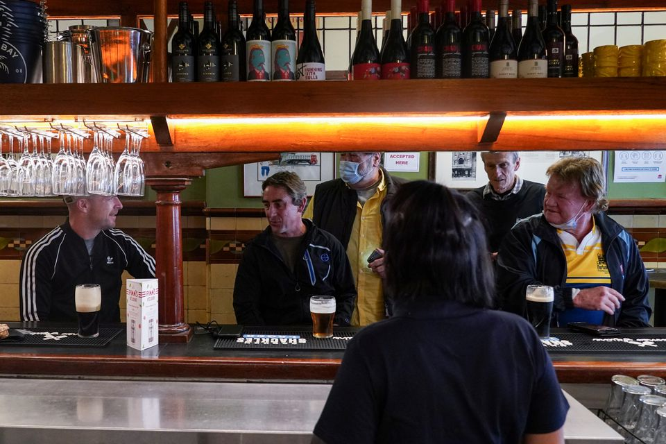 Customers chat over beers at the Fortune of War pub, on the first morning of pubs and many other businesses re-opening to vaccinated people, following months of lockdown orders to curb an outbreak of the coronavirus disease (COVID-19), in Sydney, Australia, October 11, 2021. Photo: Reuters