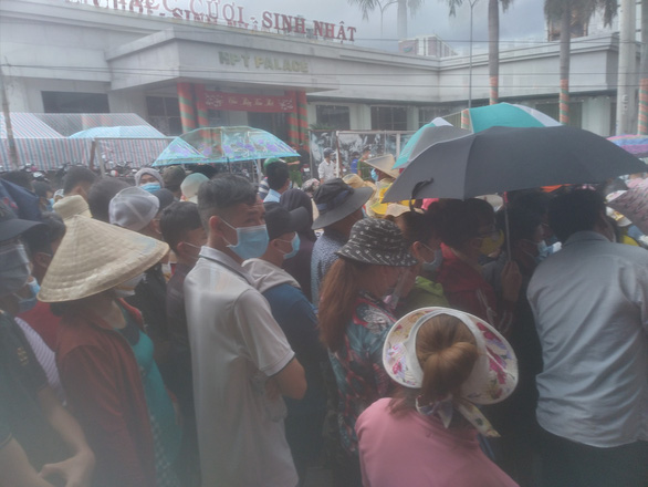 An immunization point where a large number of people waiting for getting the second dose of coronavirus vaccine in Binh Duong Province on October 11, 2021. Photo: B.D. / Tuoi Tre