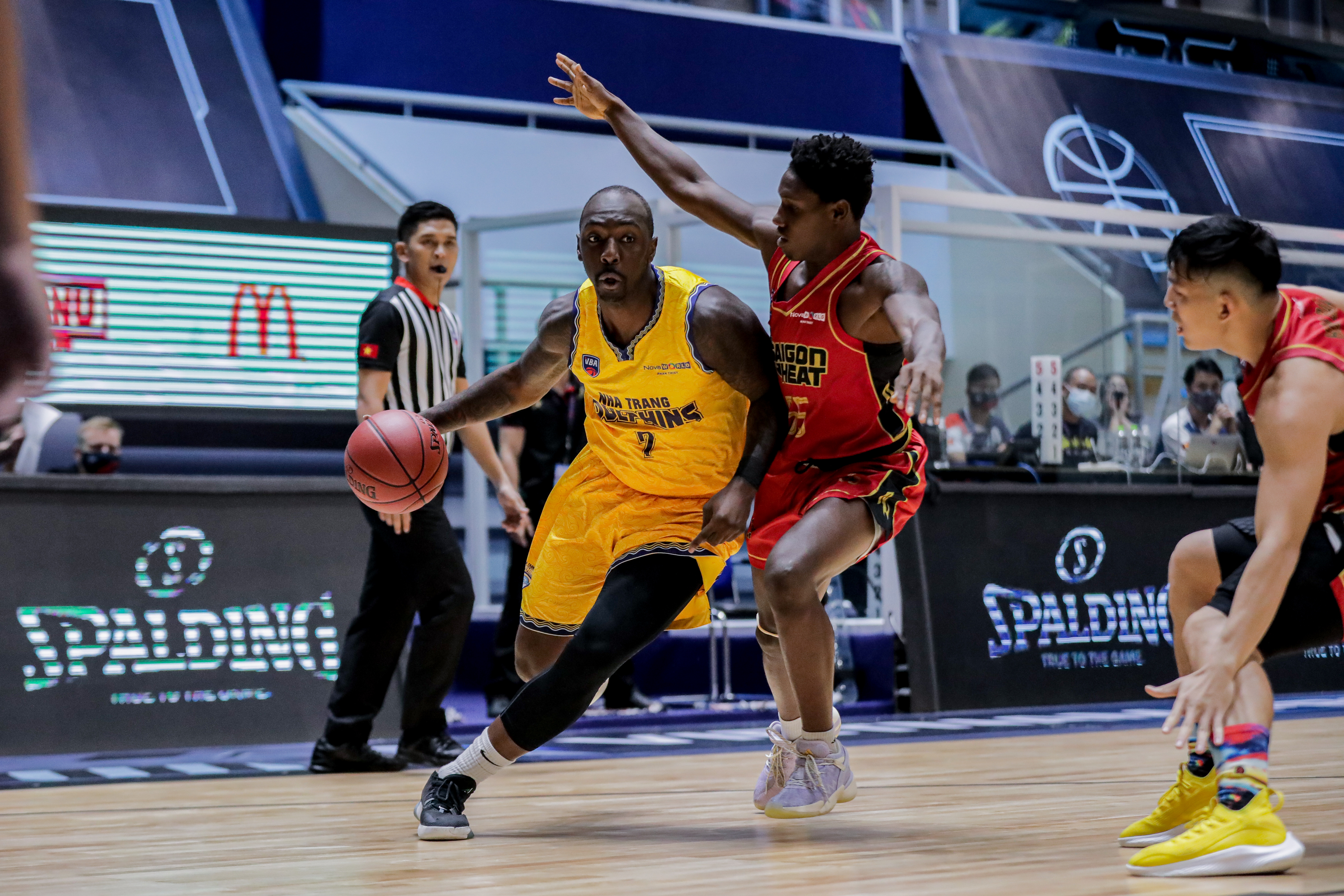 Saigon Heat snatches victory from Nha Trang Dolphins in first game of VBA Premier Bubble Games