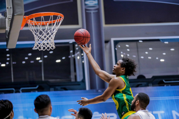 Cantho Catfish's Jared Sam scores against Thang Long Warriors during their Game 2 at the VBA Premier Bubble Games - Brought to you by NovaWorld Phan Thiet. Photo: Vietnam Professional Basketball League