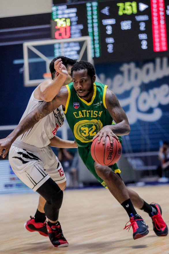 Cantho Catfish's Terrell Summers (right) drives past the defense of Thang Long Warriors during their Game 2 at the VBA Premier Bubble Games - Brought to you by NovaWorld Phan Thiet. Photo: Vietnam Professional Basketball League