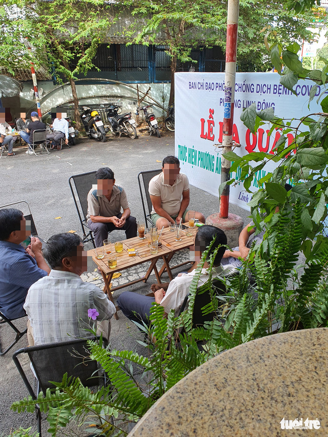 People drink coffee and have a chat at a coffee shop in Thu Duc City, Ho Chi Minh City, October 11, 2021. Photo: Minh Hoa / Tuoi Tre