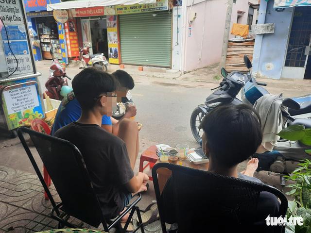 A café in Hiep Phu Ward, Thu Duc City, Ho Chi Minh City, October 11, 2021. Photo: Minh Hoa / Tuoi Tre