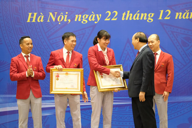 Vietnamese swimmer Nguyen Thi Anh Vien shakes hands with the then Prime Minister Nguyen Xuan Phuc at an honor ceremony in Hanoi on December 22, 2019. File photo: Tuoi Tre