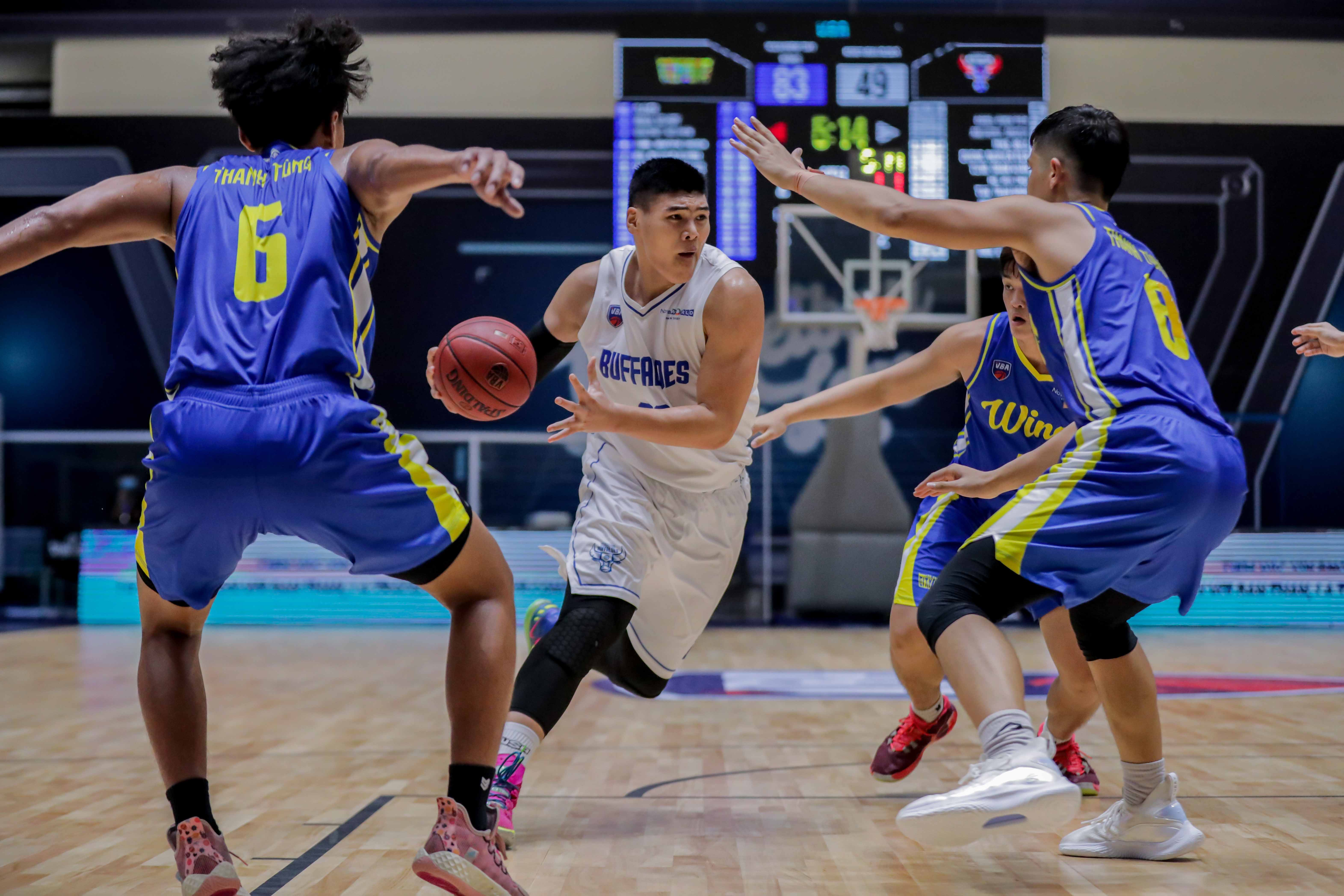 Minh Hieu of the Hanoi Buffaloes is surrounded by players from the Ho Chi Minh City Wings. Photo: VBA