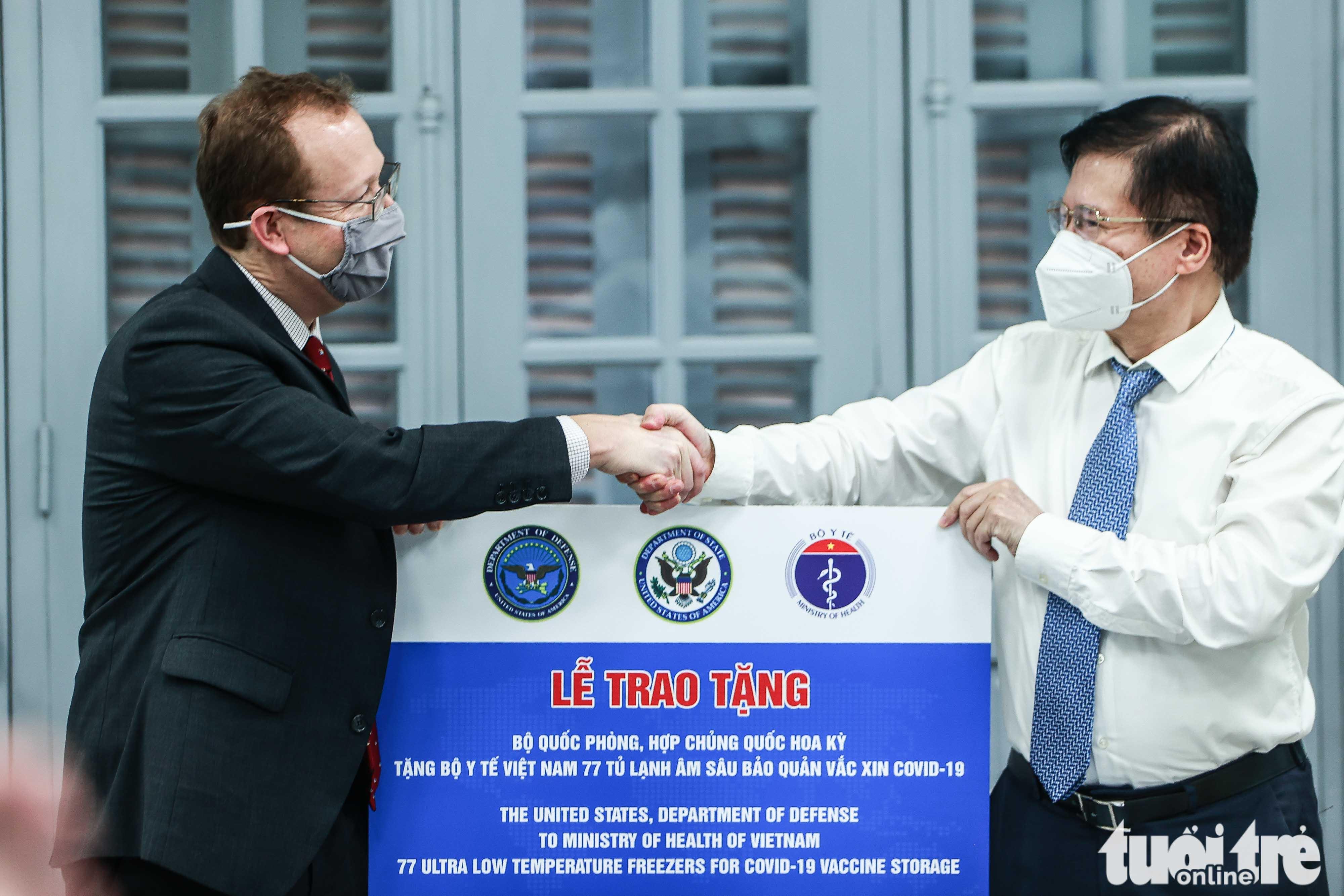 US hands over 36 freezers to assist Vietnam in storing COVID-19 vaccines