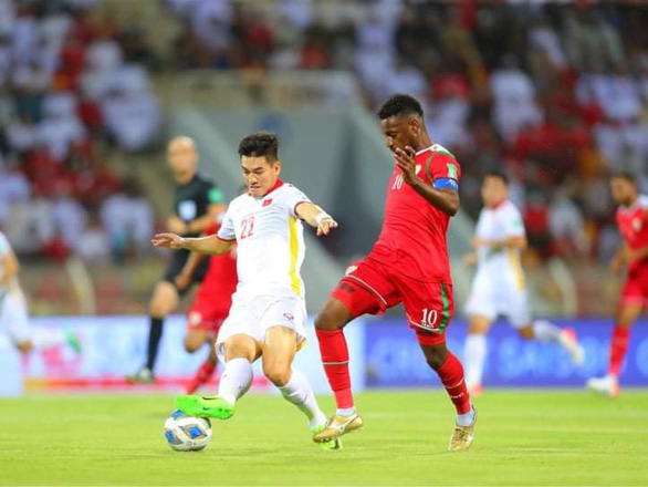 Vietnamese striker Nguyen Tien Linh (22) drives past an Omani player during their 2022 FIFA World Cup Asian qualifier in Muscat, Oman, October 12, 2021. Photo: Vietnam Football Federation
