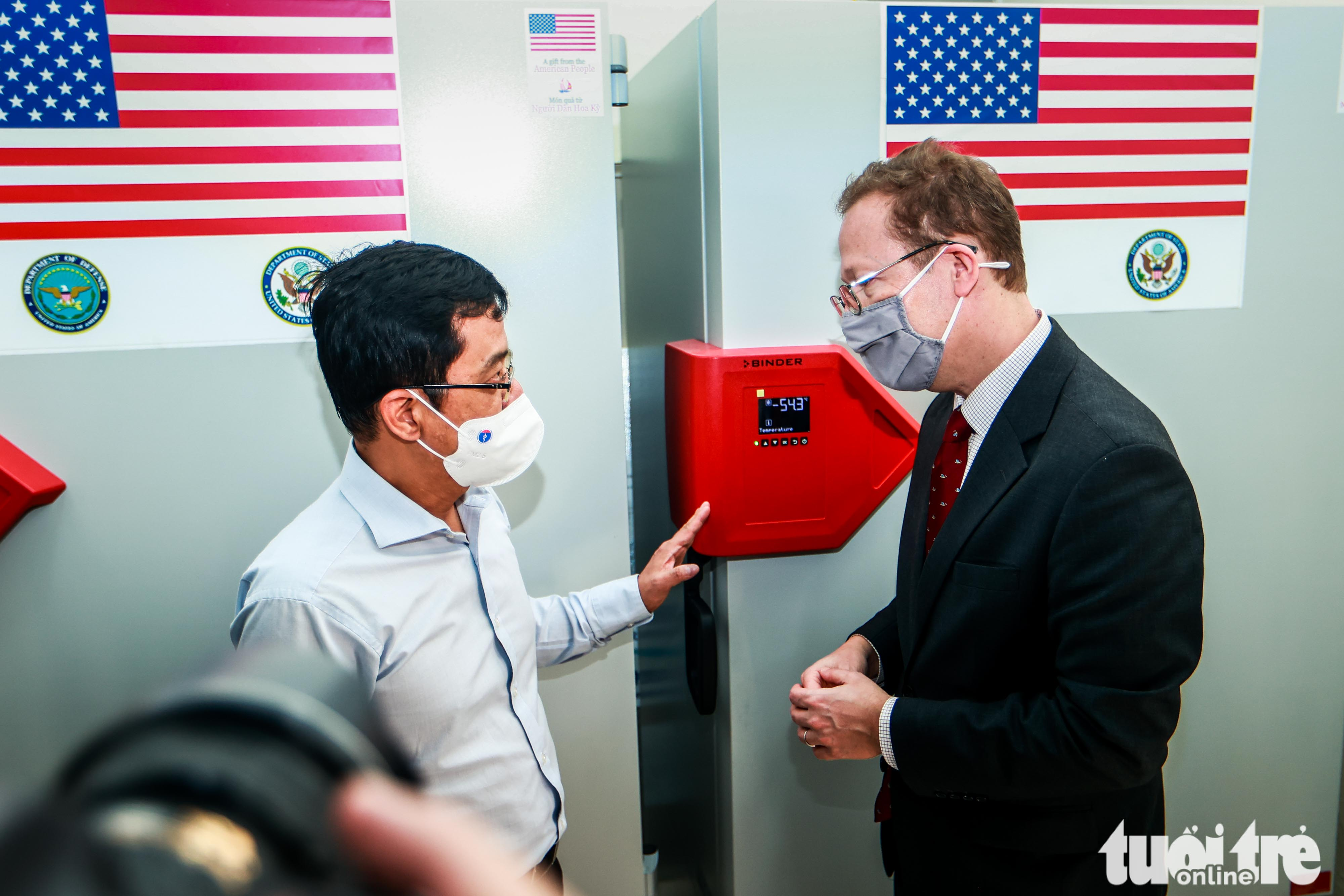 Christopher Klein, Chargé d'Affaires of the U.S. Embassy Hanoi, talks with Dang Duc Anh, head of the National Institute of Hygiene and Epidemiology, October 12, 2021. Photo: Nguyen Khanh / Tuoi Tre