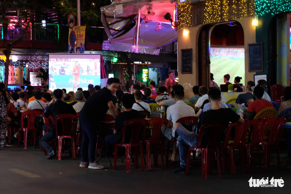 People watch a 2018 FIFA World Cup match between England and Belgium at a bar on Ho Chi Minh City's Bui Vien Street on June 29, 2018. Photo: Ngoc Dong / Tuoi Tre