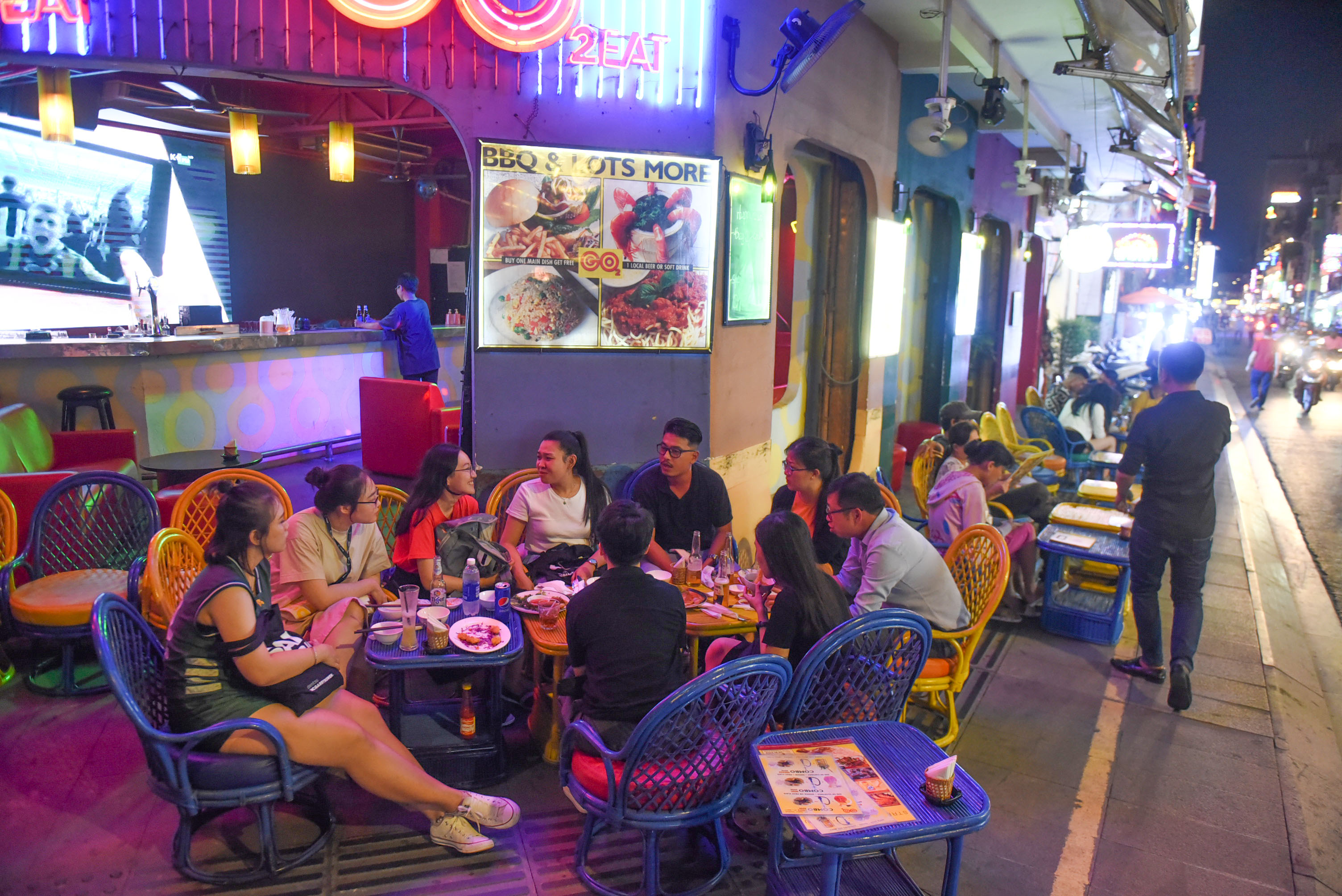 A group of patrons are enjoying their food at a restaurant on Bui Vien Street in Ho Chi Minh City's District 1 on September 8, 2020. Photo: Quang Dinh / Tuoi Tre